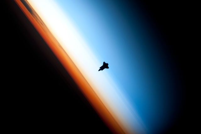 Endeavour_silhouette_STS-130 (2)
